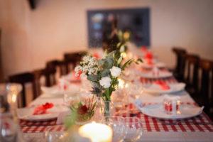 Tables fleuries dans la salle du coq en pâte