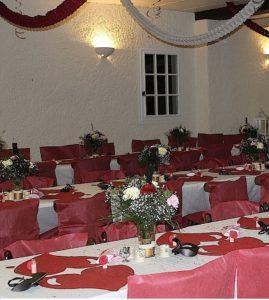 Tables dressées dans la salle du coq en pâte