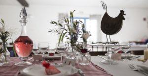 Décoration de table au Coq en pâte - Photo par Philippe Calvo