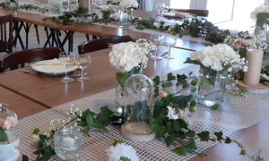 Tables dressées pour mariage dans la salle du coq en pâte