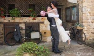Mariés devant la mairie de Lacommande
