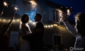 Mariés dans la cour du coq en pâte